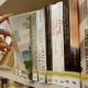 Eine Frau nimmt ein Buch aus dem Regal der Stadtbücherei Bad Harzburg.