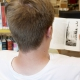 Ein Mann liest in der Stadtbücherei ein Buch über den Harz.